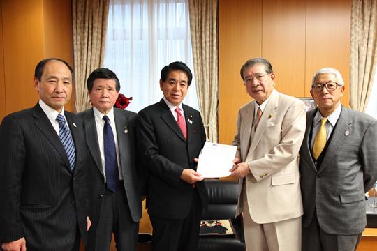 笹川堯会長文科省を訪問、五輪正式種目の要請書を下村大臣に手渡す ...