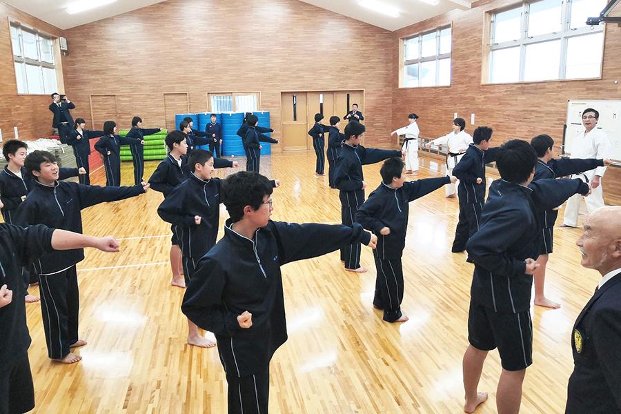 山形県酒田市の中学校で空手道の授業を実施