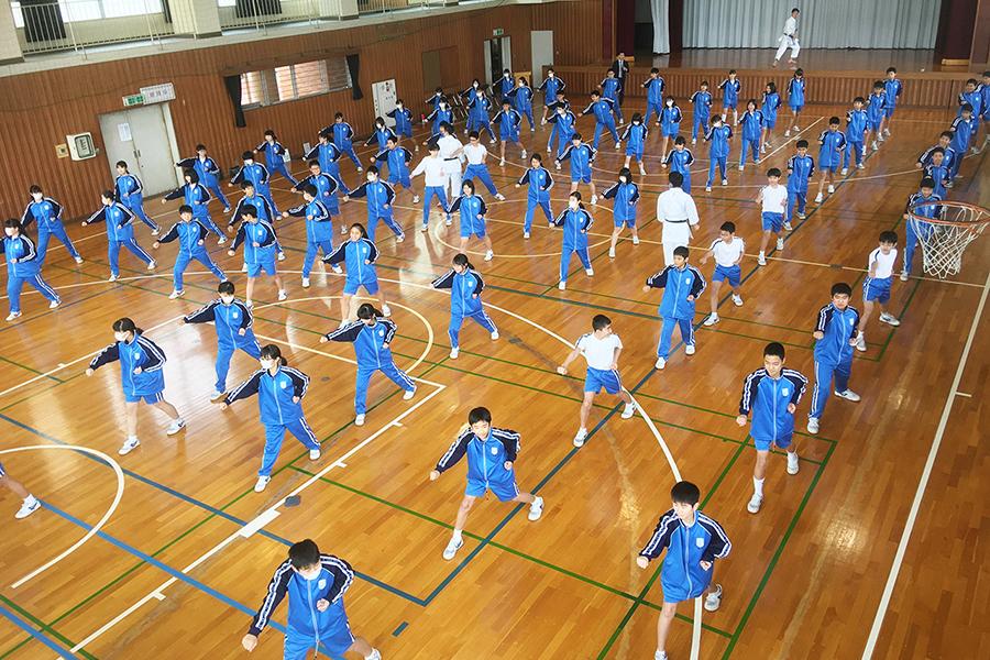栃木県足利市の中学校で空手道体験授業