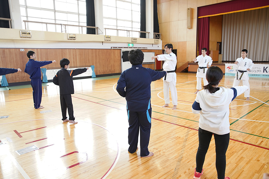 福島県須賀川市の支援学校で空手道体験授業