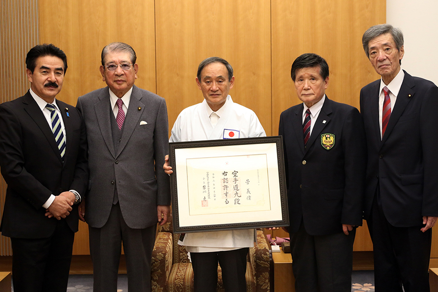 菅義偉氏(内閣総理大臣)に公認九段位を授与